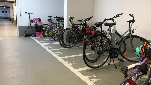 Felix hat sie entdeckt: Die Tiefgarage nur für Fahrräder. Fahrräder nehmen vor allem beim Parken viel weniger Platz weg. | Rechte: KiKA/Sabine Krätzschmar