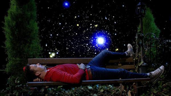 Felix schaut sich gerne Sterne an. Durch Lichtverschmutzung siehst du nicht mehr so viele Sterne.   Rechte: KiKA/P.Bertram