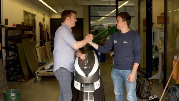 Felix und Gabriele vor dem Hyperloop der Technischen Universität München | Rechte: KiKA