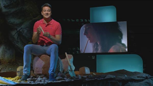 Felix spielt auf einer Knochenflötenattrappe. Bereits Steinzeitmenschen haben solche Flöten geschnitzt. | Rechte: KiKA