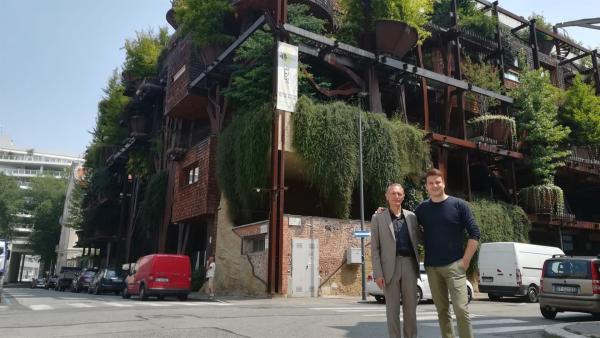 Felix mit dem Architekten Luciano Pia: Luciano hat das energiesparende Haus in Turin gebaut. | Rechte: KiKA/tvision/Andrea Ruppelt