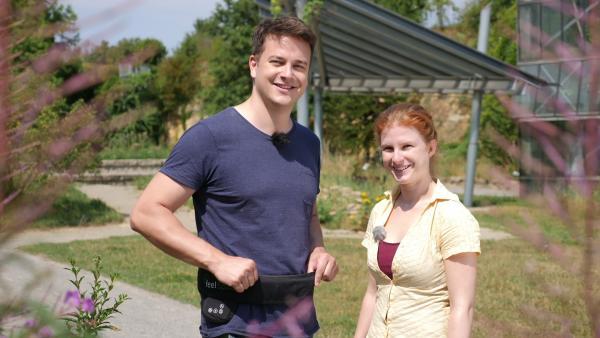 Felix trägt einen Navigürtel, den Susan Wache (re.) mitentwickelt hat. | Rechte: KiKA/tvision/Martin Beume