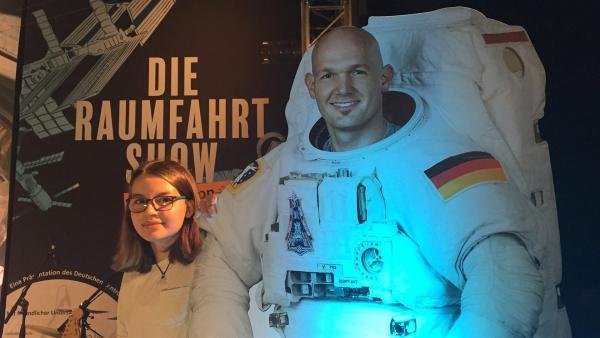 Greta startet einen Livecall mit Raumfahrer Alexander Gerst. | Rechte: KiKA/tvision GmbH