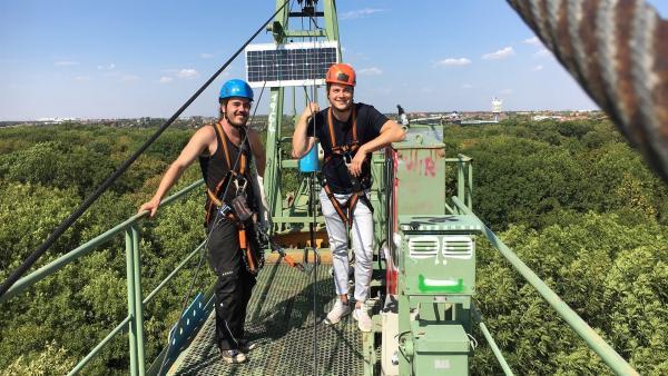Forscher Ronny Richter (li.) zeigt Felix seinen Arbeitsplatz. Von hier oben hat er den Wald und seine Bewohner gut im Blick. | Rechte: KiKA/tvision GmbH/Andrea Ruppel