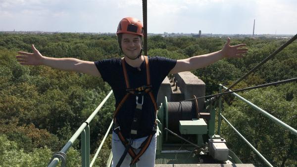 Felix steht auf dem 40 Meter hohen Auwaldkran in Leipzig. | Rechte: KiKA/tvision/Andrea Ruppelt