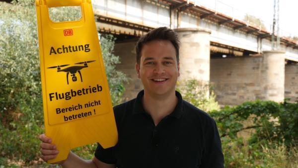 Felix als als Drohnenpraktikant bei der Bahn. | Rechte: KiKA/tvision/Martin Beume