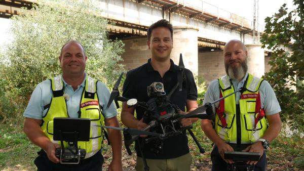 Felix mit den beiden Drohnenpiloten Mario Finkbeiner und Sven-Oliver Schnorr | Rechte: KiKA/tvision/Martin Beume
