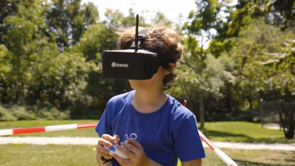 Zukunftsmacher Jasper steuert eine Drohne durch eine virtuelle Rennstrecke. | Rechte: KiKA