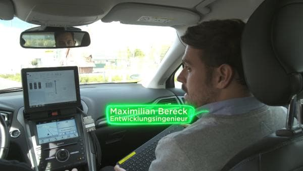 Das autonome Auto von Entwicklungsingenieur Maximilian Bereck ist mit einer Verkehrszentrale verbunden. Dem Auto wird angezeigt, auf welcher Spur es schneller vorankommt. | Rechte: KiKA