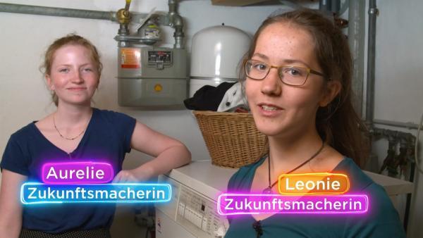 Die Zukunftsmacherinnen Aurelie und Leonie haben getestet, wieviel Mikroplastik beim Waschen von Klamotten im Abwasser landet. | Rechte: KiKA