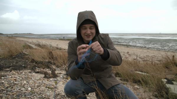 Ein großes Problem an der Nordsee sind diese Scheuerfäden von Fischernetzen. Vor allem Vögel verfangen sich darin und sterben. | Rechte: KiKA