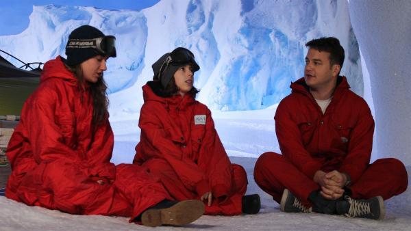 Edda (li.) und Nele (Mi.) überlegen mit Felix (re.), wie man die Antarktis schützen könnte. | Rechte: KiKA