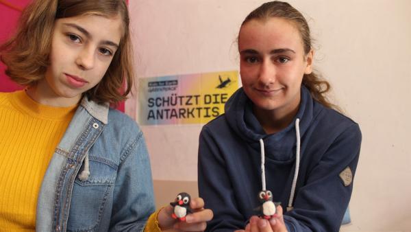 Nele (li.) und Edda (re.) mit ihren Trickfilmpinguinen | Rechte: KiKA