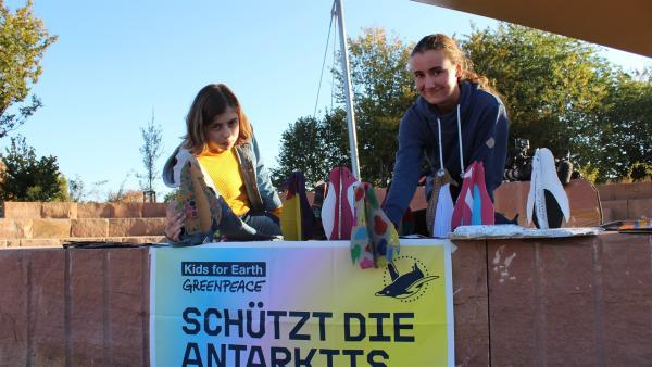 Nele (li.) und Edda (re.) haben über 500 Unterschriften zum Schutz der Antarktis gesammelt. | Rechte: KiKA