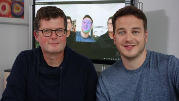 Felix mit Professor Marc Stamminger (re.). Prof. Stamminger hat ein Programm mitentwickelt, mit dem man Gesichter verändern kann. | Rechte: KiKA