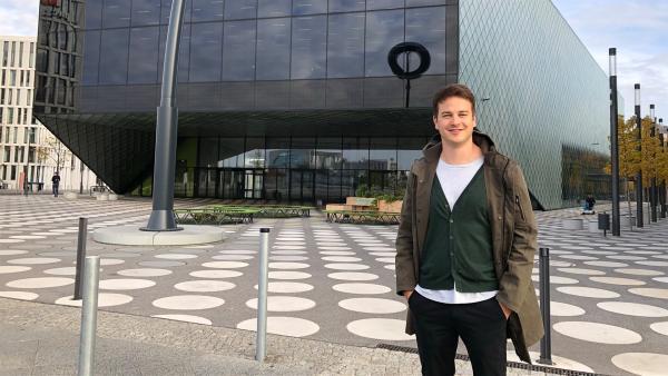 Felix vor dem Zukunftsmuseum Futurium in Berlin. Er durfte schon mal einen Blick hinweinwerfen. | Rechte: KiKA/Julia Lutz
