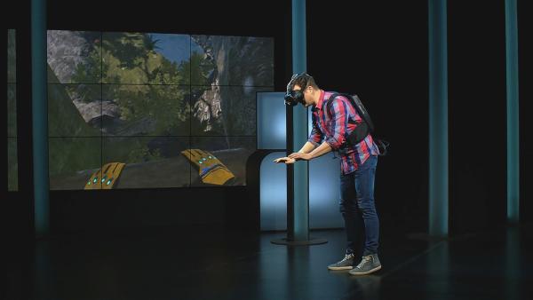 Felix ist mittendrin im Film. Die virtuelle Realität macht es möglich. Doch er will mehr!  | Rechte: KiKA