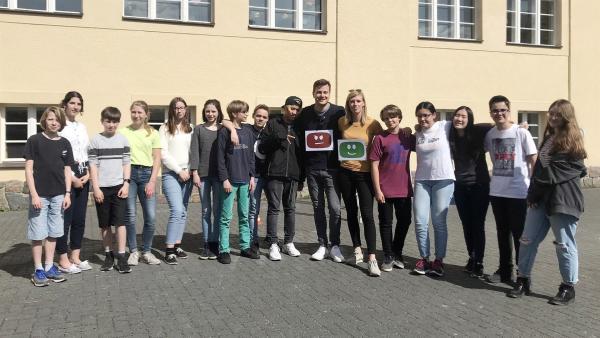 Gut oder schlecht? Ist das nicht zu einfach? Felix experimentiert mit Schülern, ob Computer Fairness lernen können. | Rechte: KiKA/Sabine Krätzschmar
