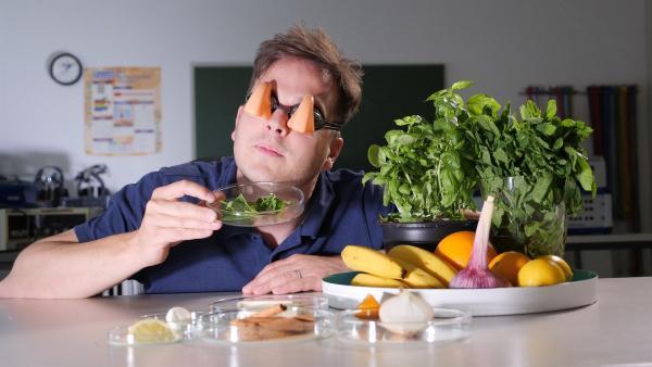 Felix testet verschiedene Gerüche. | Rechte: KiKA/Martin Beume