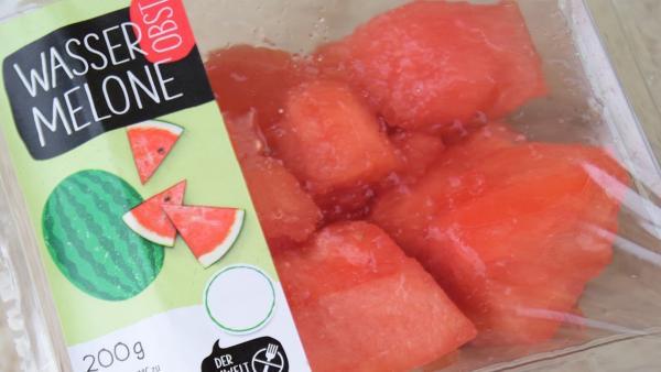 Rund zwei Drittel des Obstes und Gemüses werden in Deutschland in Plastik und Pappe vorverpackt. Dabei haben Tomaten, Möhren, Äpfel und Bananen allesamt bereits eine natürliche Verpackung.  | Rechte: KiKA/DUH