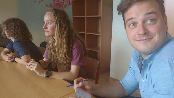 Felix ist bei einer Schülervertreterversammlung dabei und möchte wissen, wie Mitbestimmung an der Schule funktioniert. | Rechte: KiKA/Elisabeth Möckel