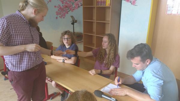 Felix ist live bei einer Schülervertreterversammlung dabei und Till, Maximilian und Luca erklären ihm, wie Mitbestimmung an der Schule funktioniert. | Rechte: KiKA/Elisabeth Möckel