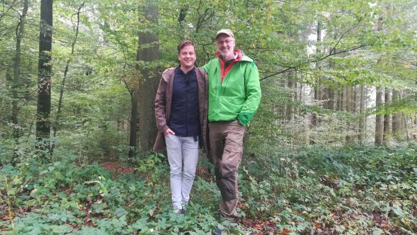 Felix besucht Förster Peter Wohlleben, der ihm zeigt, wie ein gesunder Wald aussehen sollte. | Rechte: KiKA/Andrea Ruppel