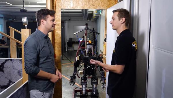 Roboter statt Menschen in Gefahrensituationen schicken. Hört sich logisch an, finden Felix (li.) und Tüftler Kevin (re.). | Rechte: KiKA