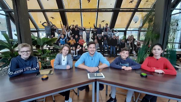 Felix leitet das ultimative Klima-Quiz, in dem die beiden 6. Klassen der Lahntalschule in Biedenkopf gegeneinander antreten. | Rechte: KiKA/Jacqueline Kupey