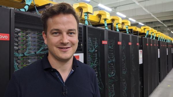 Felix besucht den größten Computer Europas und testet, was der so drauf hat. | Rechte: KiKA/Diana Peßler