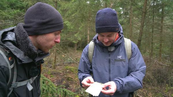 Felix mit Survivaltrainer Dominik | Rechte: KiKA