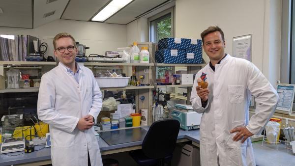 Moderator Felix mit Dr. Nikolaus Thierfelder | Rechte: KiKA/tvision GmbH
