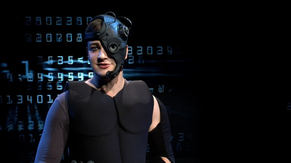 Felix im Studio als Cyborg verkleidet. | Rechte: KiKA