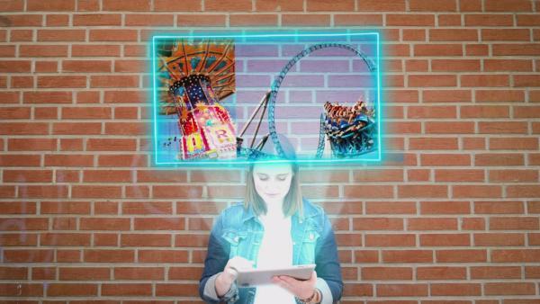 Ein Mädchen lehnt an einer Wand und träumt von coolen Freizeitparks | Rechte: KiKA