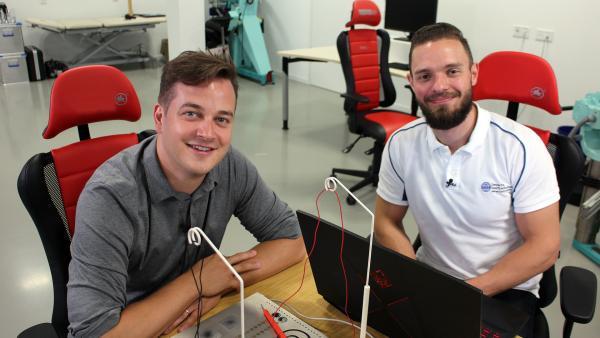 Felix mit Sportwissenschaftler Chuck Tholl.  | Rechte: KiKA