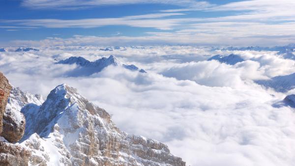 Schneebedeckte Felsen, eingehüllt von Wolken. | Rechte: colourbox.com