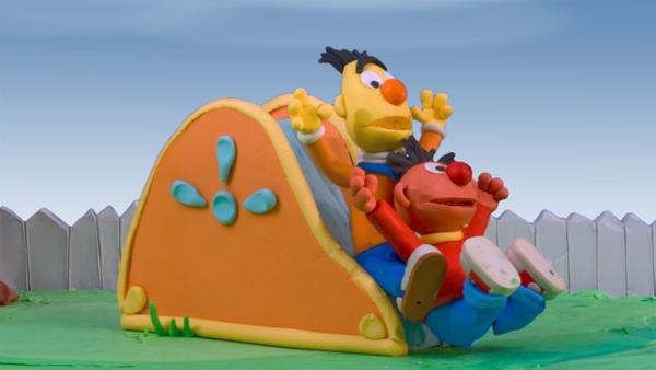 Zu Besuch bei Freunden werden Ernie und Bert in ein merkwürdiges Abenteuer verstrickt: Sie sollen auf die unsichtbare Schwester ihres Freundes aufpassen... | Rechte: NDR/Sesameworkshop
