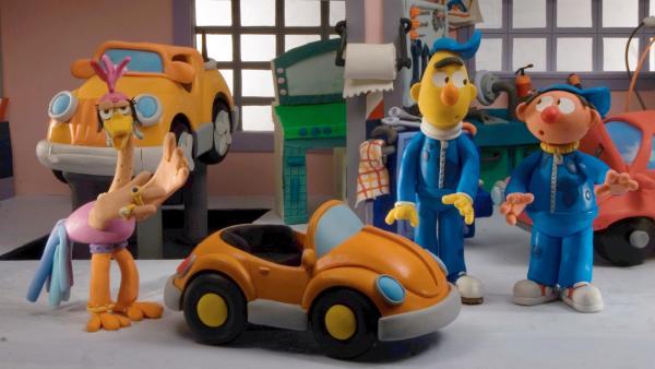 Ernie und Bert sind Automechaniker, als sie einen Wagen mit einem seltsamen Defekt bekommen.   Rechte: NDR/Sesameworkshop