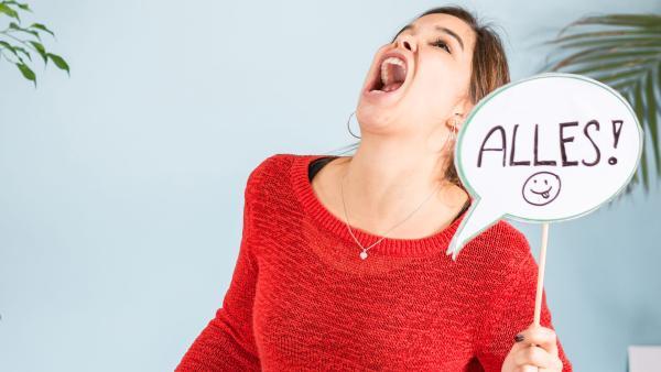 Anna hält eine Sprechblase mit dem Wort ALLES hoch. | Rechte: BR/Text und Bild Medienproduktion GmbH & Co. KG