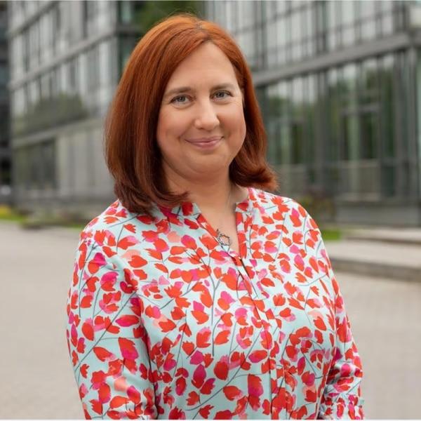 Dr. Astrid Plenk vor dem MDR Hauptgebäude | Rechte: KiKA/ Carlso Bansini
