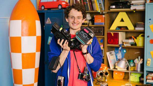 Julian mit verschiedenen Kameras in den Händen | Rechte: Hans-Florian Hopfner
