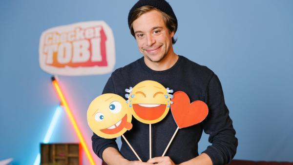 Tobi mit drei Emojis in der Checker-Bude | Rechte: Hans-Florian Hopfner