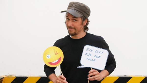 Checkpoint-Moderator Tommy Scheel mit Emojis in den Händen | Rechte: ZDFtivi