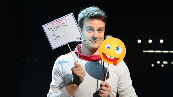 Felix mit Emojis am Set von Erde an Zukunft | Rechte: KiKA