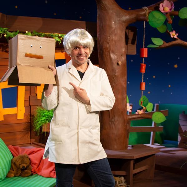 Juri Tetzlaff als verrückter Professor Juri zeigt im KiKA-Baumhaus eine seiner Erfindungen - den Frisuromat. | Rechte: KiKA/ Nadja Usbeck