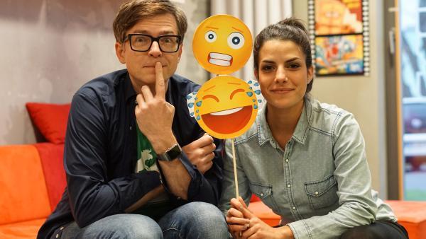 Clarissa und Ralph zeigen einen verrücktes und lachendes Emoji. | Rechte: KiKA