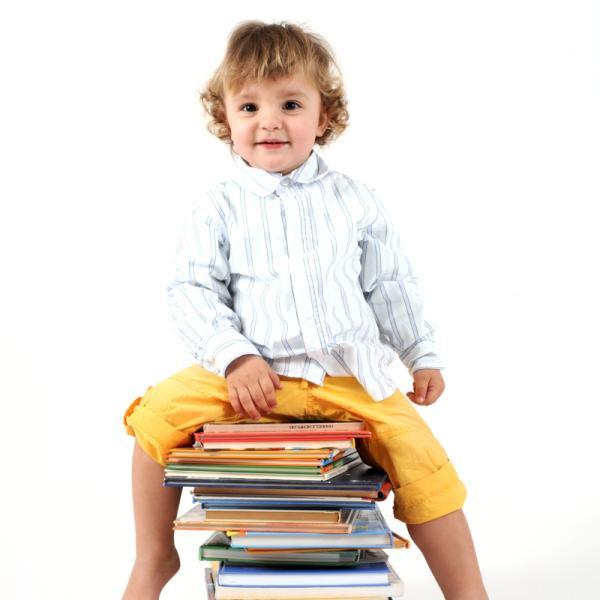 Junge sitzt auf Bücherstapel | Rechte: KiKA von Panthermedia