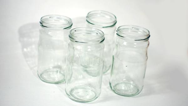 Nehmen Sie vier alte Gläser und spülen Sie diese gut aus. Drucken Sie sich unsere Vorlage aus.  | Rechte: KiKA