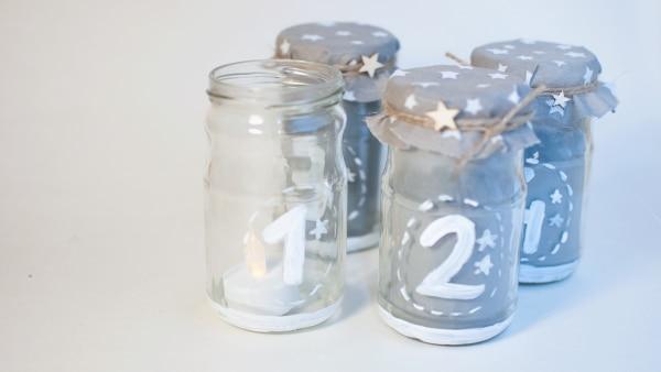 Sie können die Gläser auch schlichter gestalten und mit einem Wasserfesten Stift beschriften.
