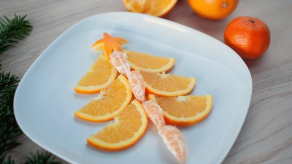 Weihnachtsbaum aus Orangen und Mandarinen  | Rechte: KiKA, Franziska Spanger
